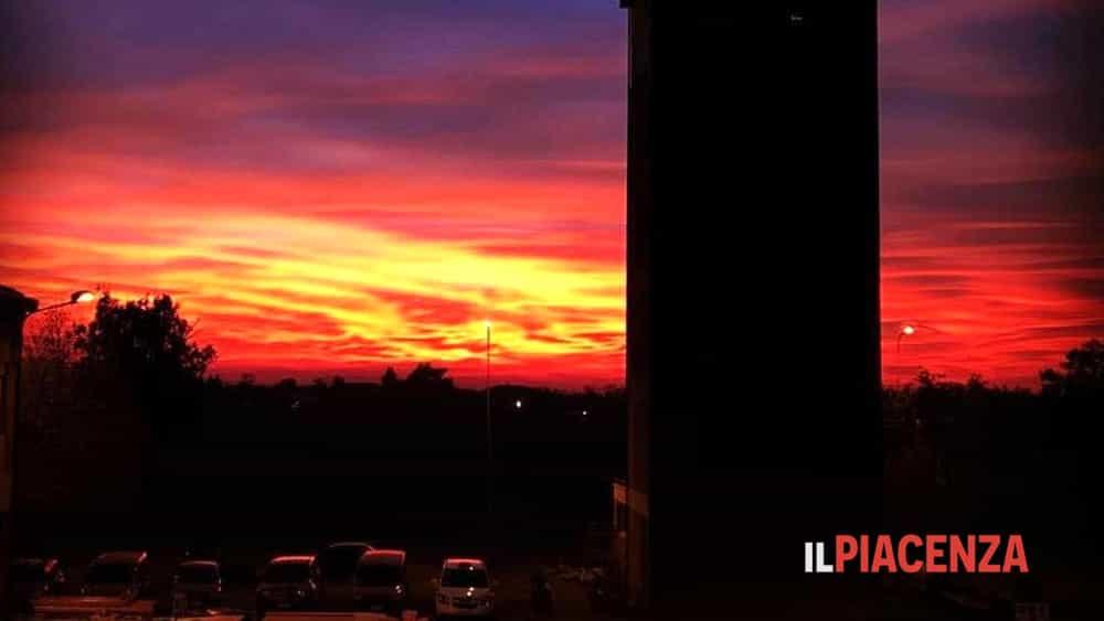 Cielo rosso fuoco e rosa il tramonto pi bello copre - Porta del cielo piacenza ...